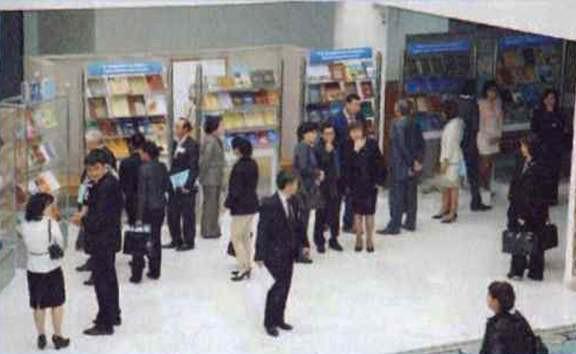 На книжной выставке представлены достижения исторической науки Казахстана. Астана, 16 сентября 2011 года
